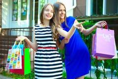 Flickor med köp Arkivbild