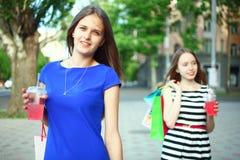 Flickor med köp Royaltyfri Bild