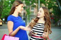 Flickor med köp Arkivbilder
