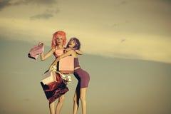Flickor med konstgjort hår med den färgrika shoppingpåsen Royaltyfria Bilder