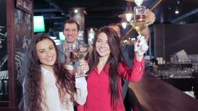 Flickor med martini och grabbar med exponeringsglas av öl stock video