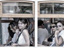 Flickor med misstänksam blick i spårvagn Det Lissabon spårvägnätverket tjänar som kommunen av Lissabon, huvudstad av Portugal Royaltyfri Fotografi