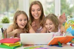 Flickor med modern på kurs med bärbara datorn Arkivbilder