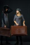 Flickor med resväska Royaltyfri Bild