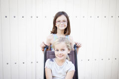 Flickor med rullstolen arkivfoton