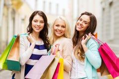 Flickor med shoppingpåsar i ctiy Arkivfoto