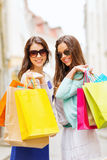 Flickor med shoppingpåsar i ctiy Royaltyfri Bild