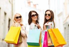 Flickor med shoppingpåsar i ctiy Arkivbild