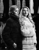Flickor med strikta framsidor i svartvita pälslag Royaltyfri Fotografi