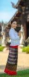 Flickor med thailändsk nordlig stil i Sawasdee åtgärdar Arkivfoton