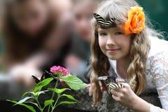 Flickor och Buterflies arkivbilder