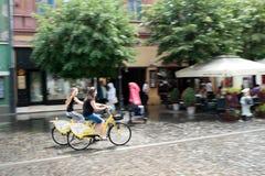 Flickor och cyklar i Sibiu Rumänien Arkivfoton
