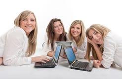 Flickor och datorer Royaltyfria Foton