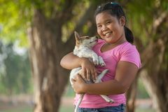 Flickor och valp i trädgården Fotografering för Bildbyråer