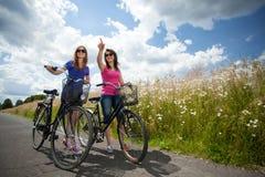 Flickor på en cykeltur royaltyfria bilder