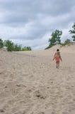 Flickor på en sanddyn royaltyfri fotografi