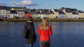 Flickor på en semestertur i staden av Galway Irland arkivfilmer