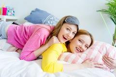 Flickor på en sleepover Arkivbild