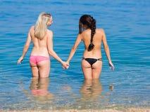 Flickor på havet Arkivbild