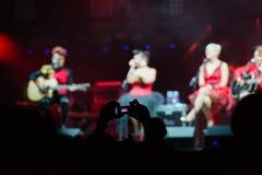 Flickor på konsertetapp Royaltyfri Bild