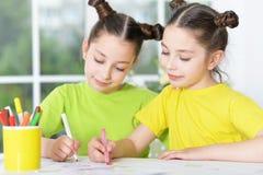 Flickor på kurs av konst royaltyfri foto
