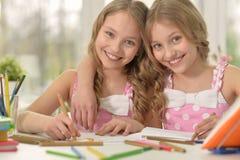Flickor på kurs av konst arkivbild
