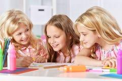 Flickor på kurs av konst royaltyfria foton