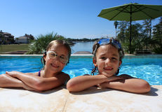 Flickor på simbassängen arkivfoto