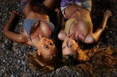 Flickor på stranden royaltyfri bild