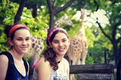 Flickor på zoo royaltyfri fotografi