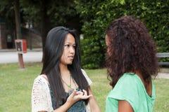 flickor parkerar tonårs- två royaltyfri foto