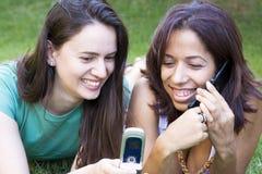 flickor phone två royaltyfria foton