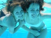 flickor pool undervattens- Arkivbild