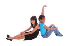 flickor poserar att sitta Royaltyfri Fotografi