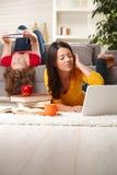 flickor returnerar att studera som är tonårs- Arkivbilder