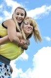 flickor rider på ryggen tonårs- två Royaltyfria Bilder