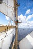 Flickor sitter på en segelbåtmast Royaltyfria Foton