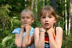 flickor skrämmde två royaltyfria foton