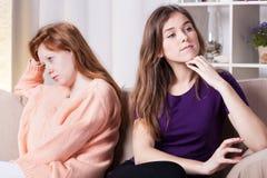 Flickor som är ilskna med de royaltyfria foton