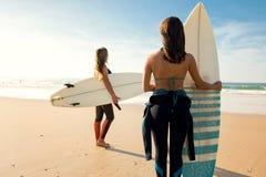 Flickor som är klara för att surfa Fotografering för Bildbyråer