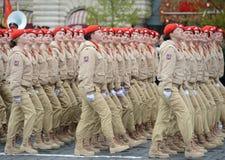 Flickor som är yunarmeytsy den Warmia för ` all-ryss för patriotisk rörelse `en i röd fyrkant under ståta som är hängiven till år Arkivbilder