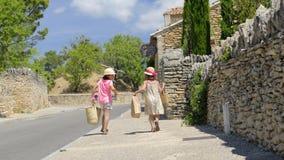 Flickor som ankommer från marknad i Provence Arkivbild