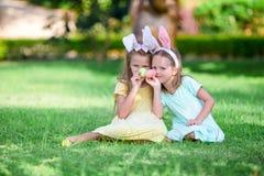 Flickor som bär kaninen, gå i ax på påskdag utomhus Ungar tycker om easter ferie Royaltyfri Bild