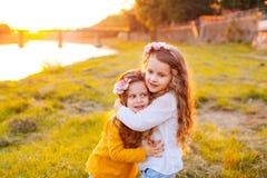Flickor som bär vit och gula långa muffar Fotografering för Bildbyråer