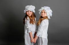 Flickor som beklär lantlig tappning på en grå bakgrund royaltyfri fotografi
