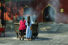 Flickor som ber i Lama Temple Yonghe Lamasery Arkivbilder