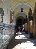 Flickor som besöker Universidade de Coimbra Arkivfoto