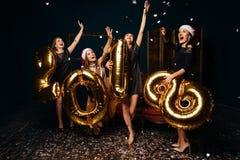 Flickor som dansar på att fira nytt år Arkivbild