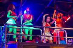 Flickor som dansar på polen i nattklubben av Patong Royaltyfri Fotografi