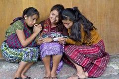 Flickor som delar en mobiltelefon Arkivbild